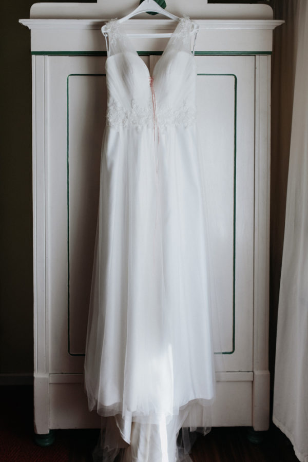 Brautkleid hängt am Kleiderschrank