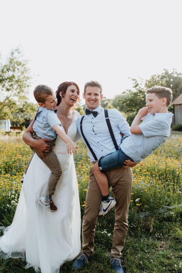 Braut und Bräutigam mit ihren zwei Kindern