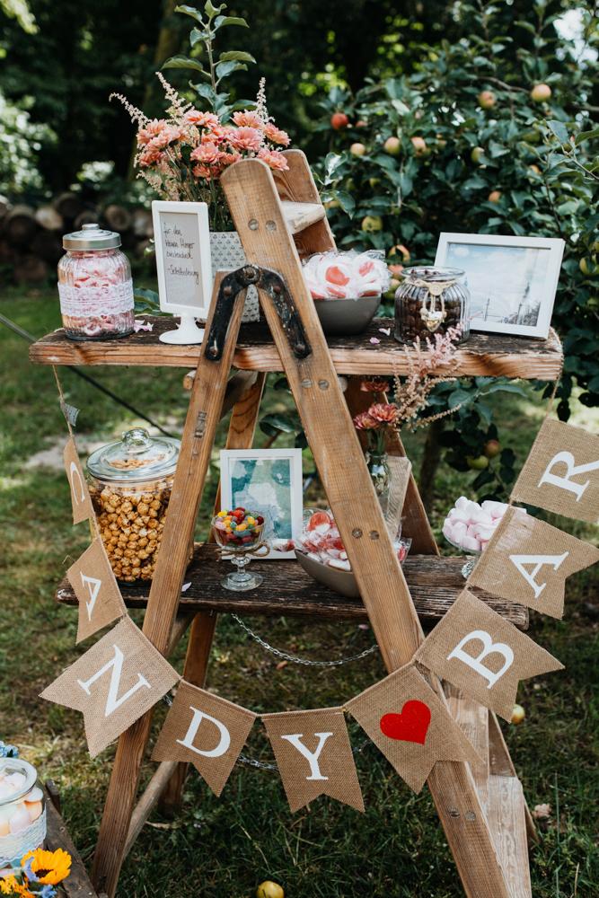 Hochzeit Boho in Bekemühle in Brandenburg. Die Candy Bar steht dort.