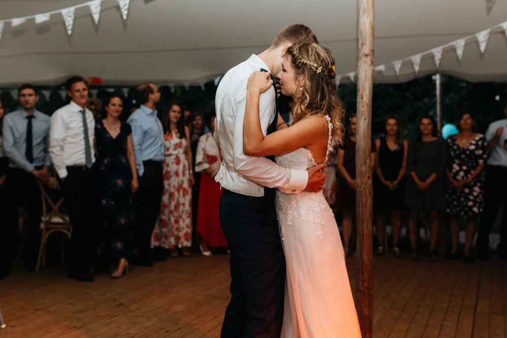 Boho Hochzeit in Bekemühle in Brandenburg. Brautpaar vollführt den ersten Tanz.
