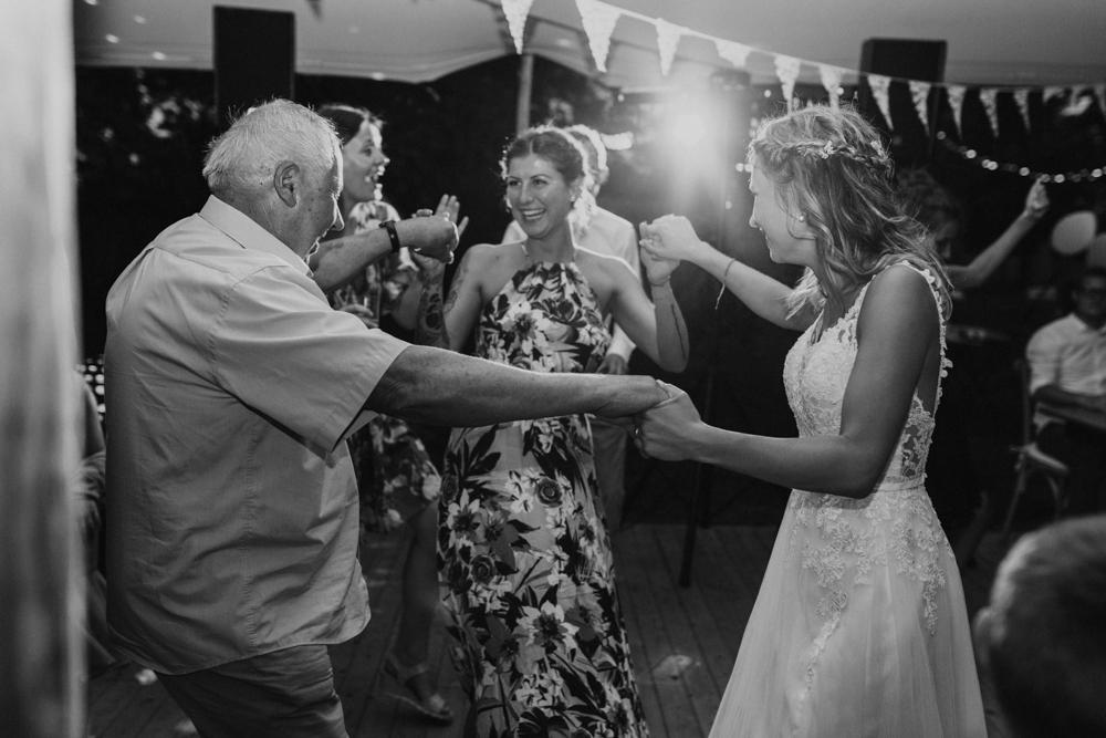 Boho Hochzeit in Bekemühle in Brandenburg. Braut tanzt mit ihrem Opa.