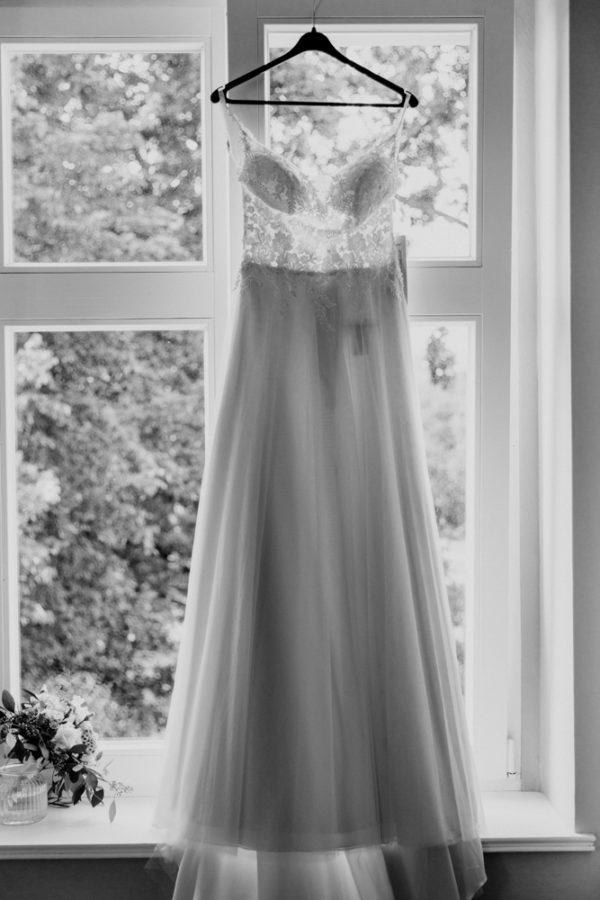 Hochzeit in Gnewikow bei Neuruppin. Aufnahme vom Brautkleid, welches am Fenster hängt.