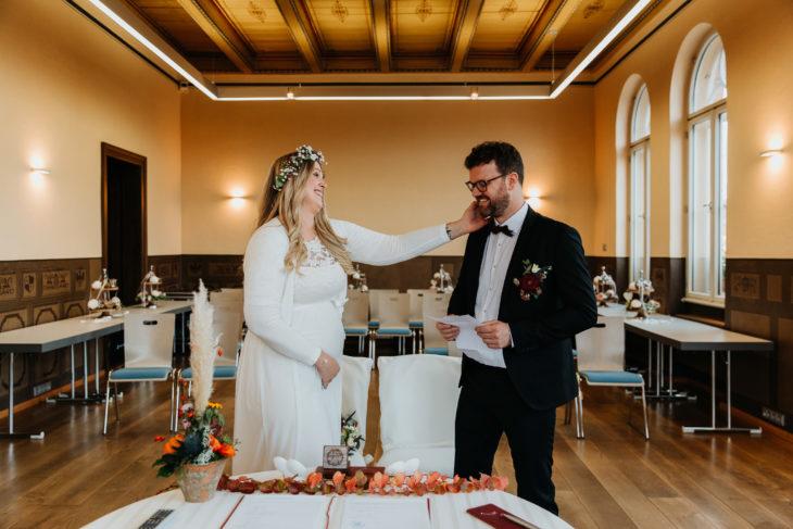 Brautpaar ist im Kyritzer Standesamt. Sie grinsen sich an.